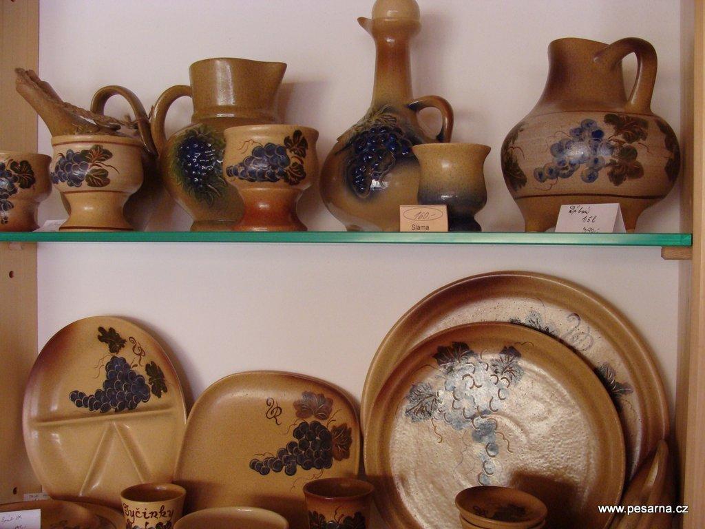 Nabídka keramiky ve Vinotéce Radka.