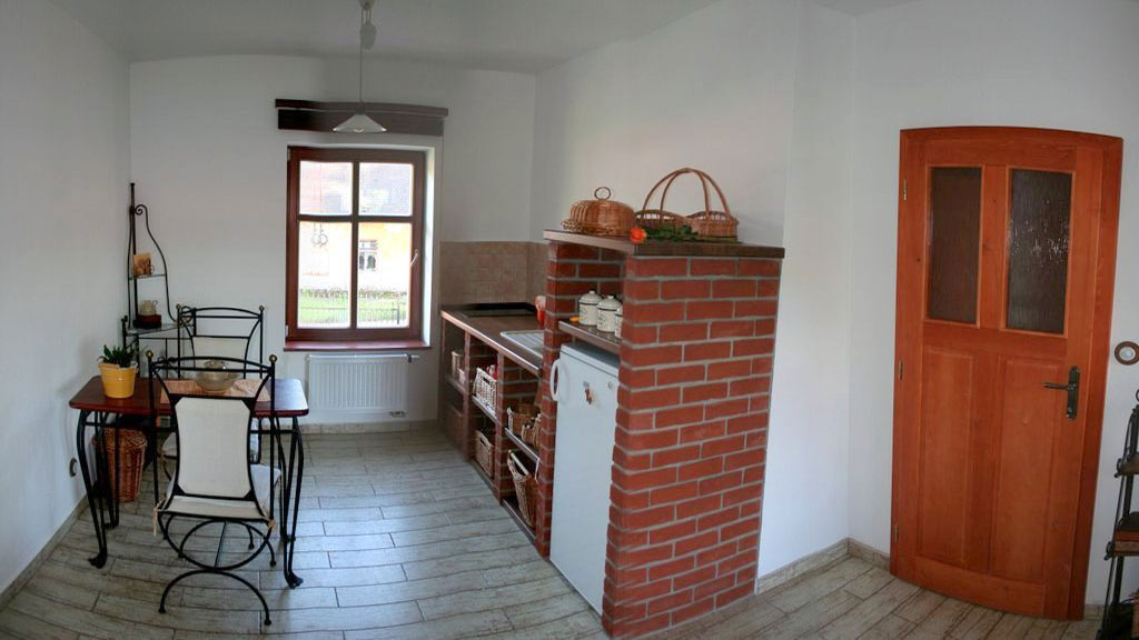 Kuchyňský kout a stoleček v pravé garsoniéře.