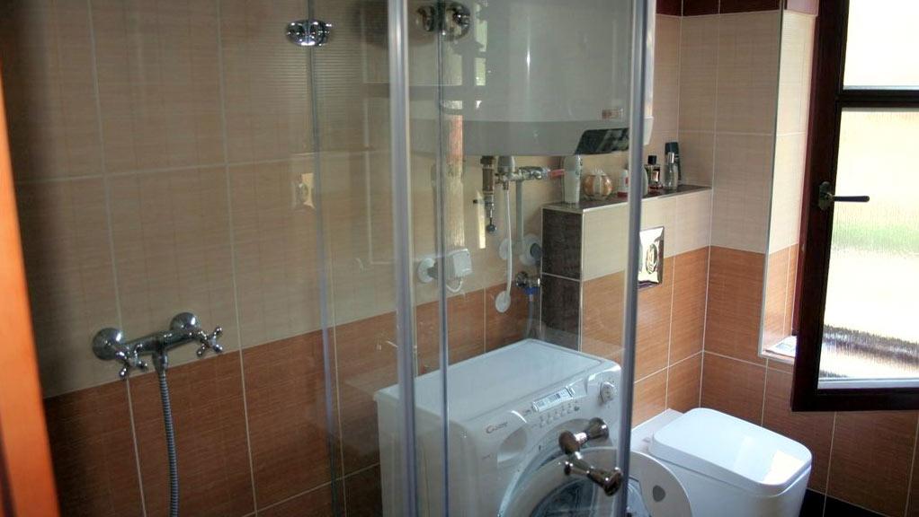 Obě garsoniéry mají vlastní koupelnu s toaletou, sprchovým koutem a umyvadlem.