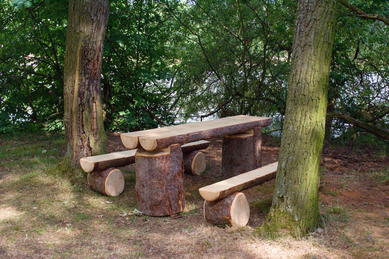 Přírodní lavice a stoly na ostrově.