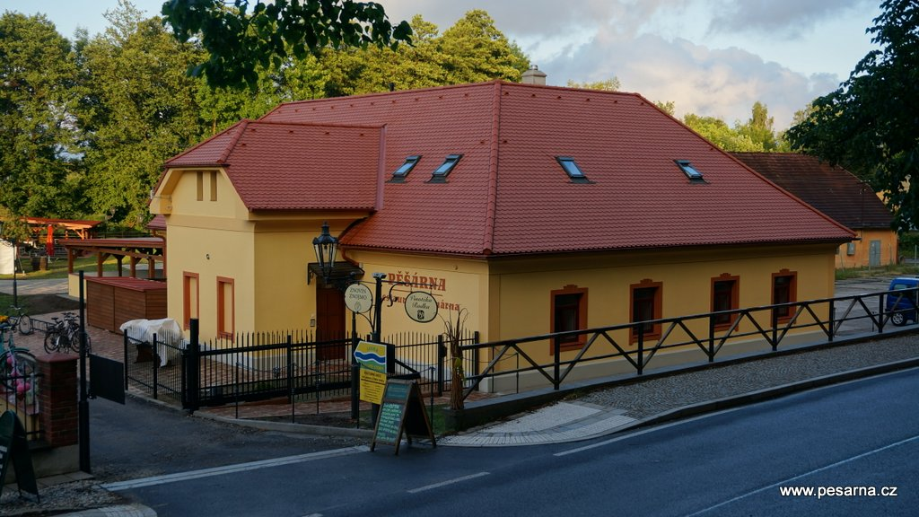 Pohled na restauraci Pěšárna od hráze rybníka Svět.
