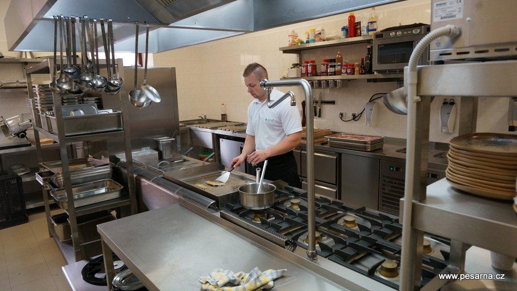 Srdcem restaurace je moderně vybavená kuchyně.