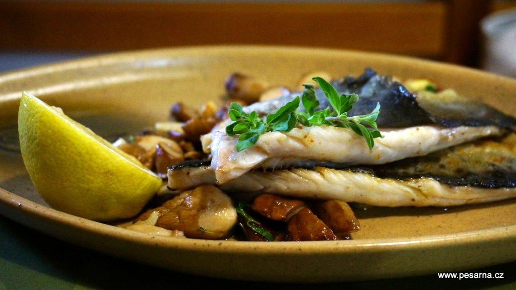 Pochutnáte si na rybích specialitách, moravské a české kuchyni.