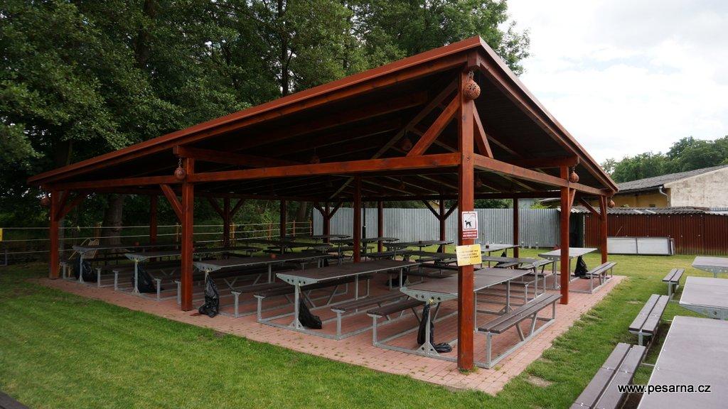 Většina míst na Louce je pod střechou. Možnost rezervací pro soukromé i firemní oslavy.