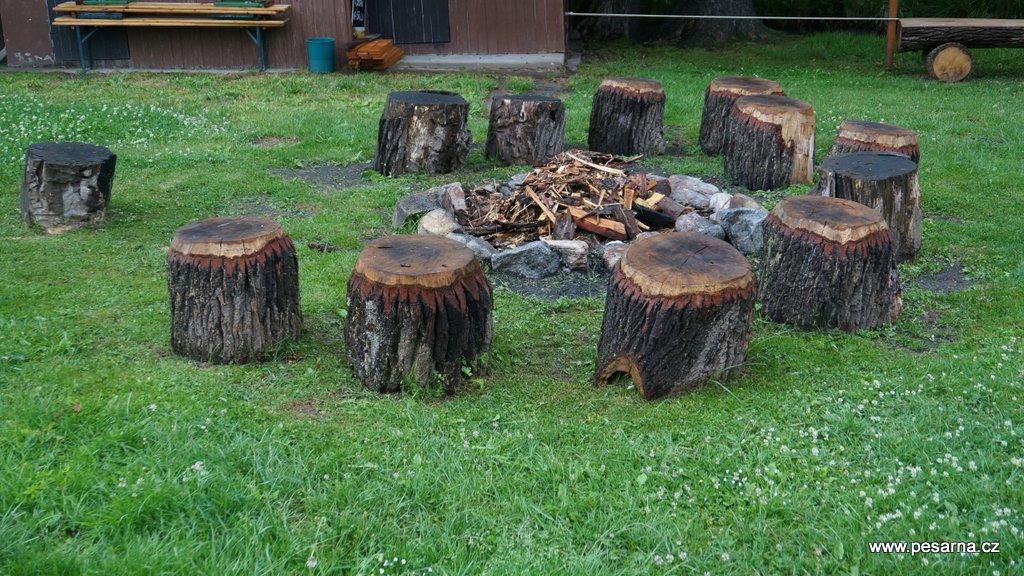 Na ohništi si můžete opéct buřty zakoupené ve stánku s občerstvením.
