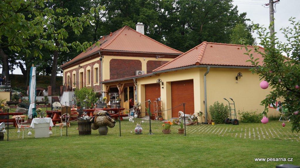 Budova Vinotéky je také Distribučním centrem Znovínu Znojmo v Třeboni. Nabízí také ubytování v apartmánech Pod Světem.