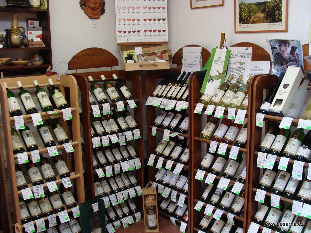 Široká nabídka lahvových vín ve Vinotéce Radka.