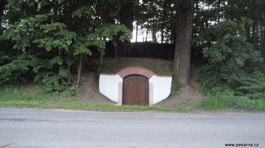 Krčínův sklípek v hrázi rybníka Svět.
