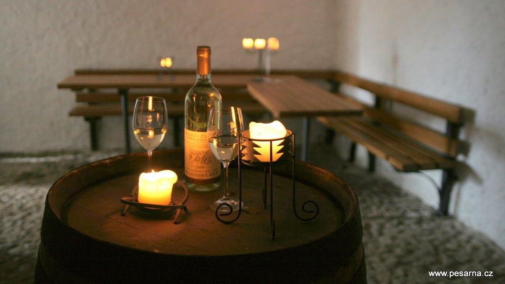 V přední místnosti se konají ochutnávky vín.