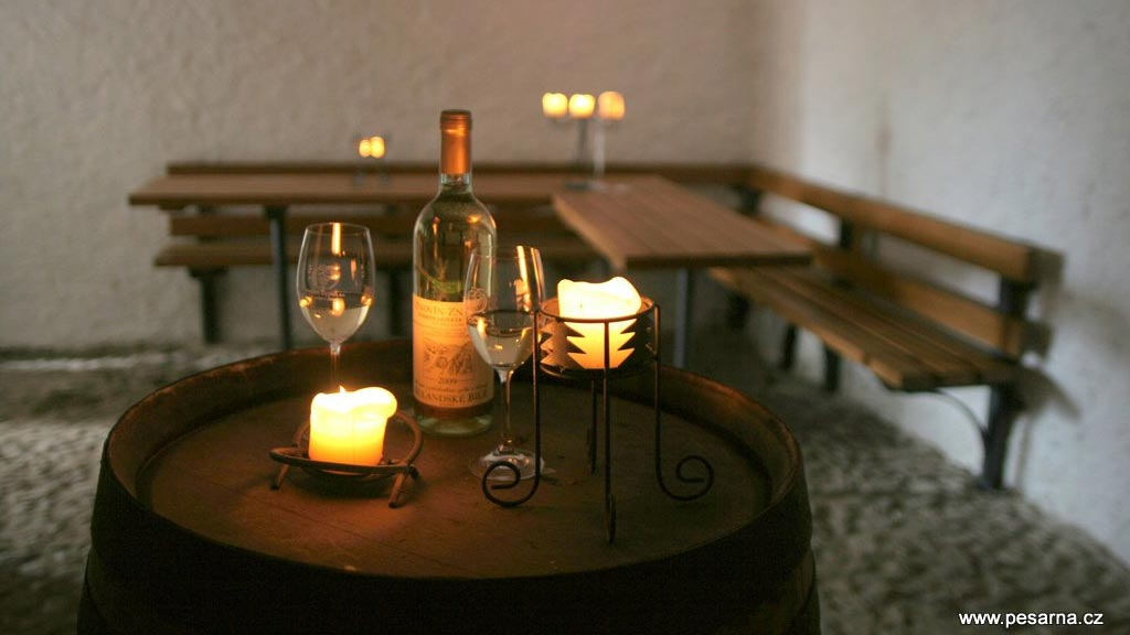 Ve sklípku je možno objednat ochutnávku vín Znovínu Znojmo.