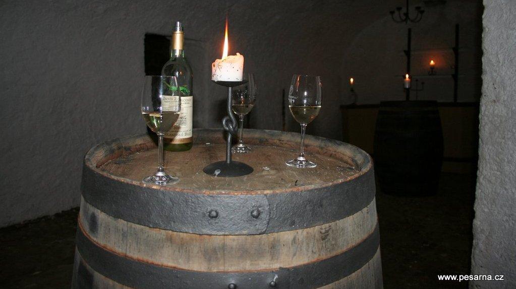 Sudy slouží ve sklípku jako stoly na odkládání vína.