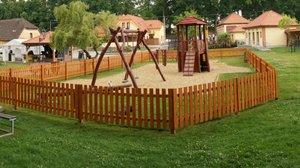 Dětské hřiště na Louce u Zlaté stoky.